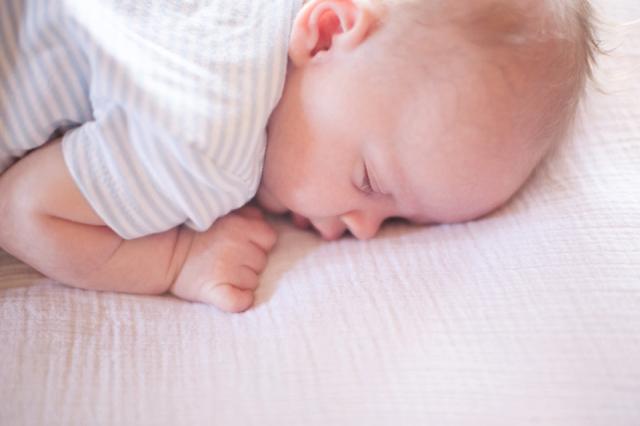 Tips tricks baby laten oefenen met op de buik liggen minime