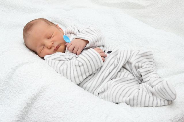 Baby in eigen kamer laten slapen de tips for Baby op zij slapen kussen