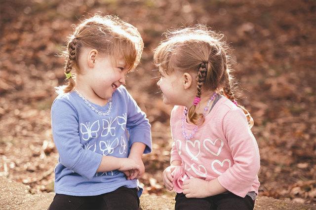 14 feiten en fabels over tweelingen - Twee meisjes en een jongen ...