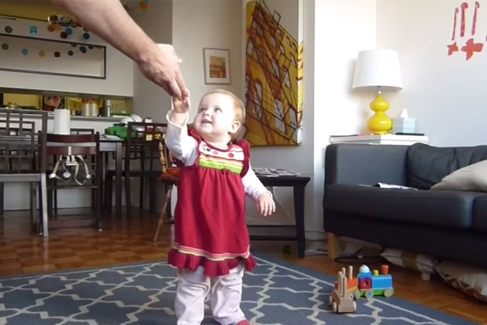 Time lapse van een baby die leert lopen