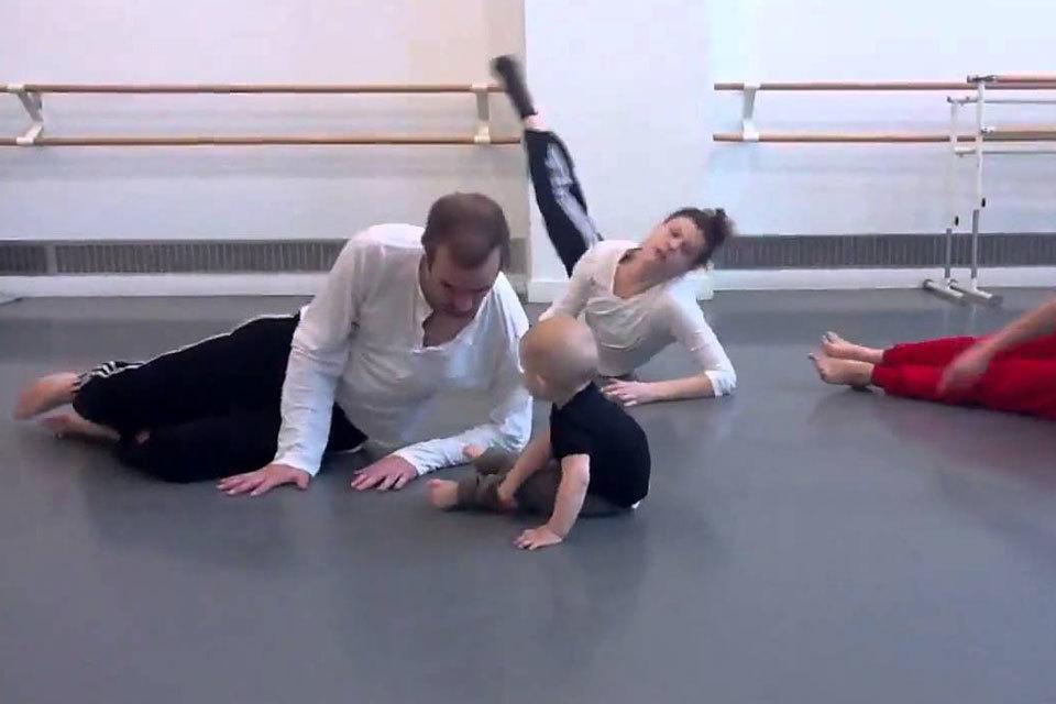 Baby leidt groep moderne dansers