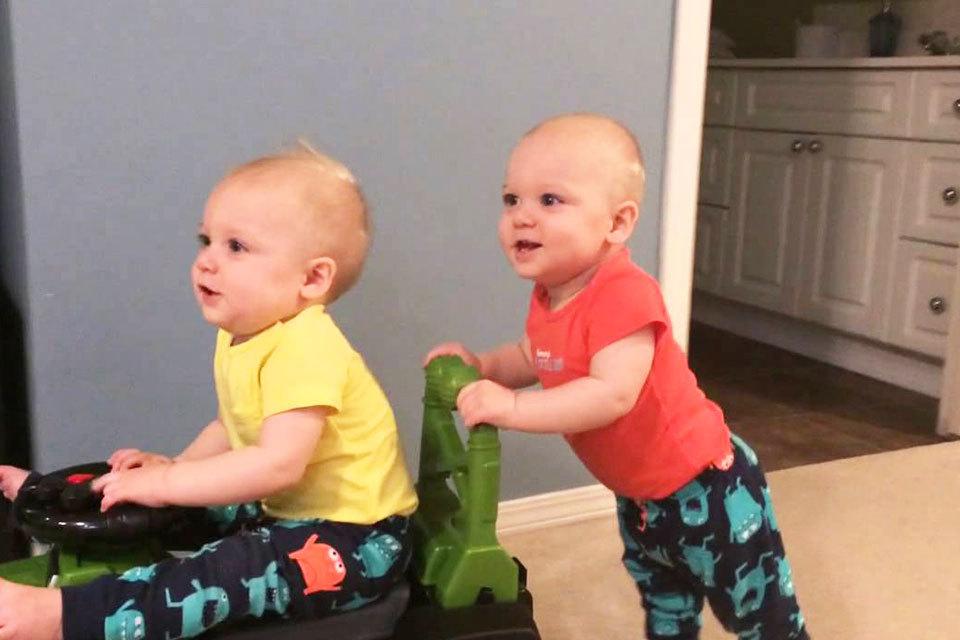 Babypower! Baby neemt broer mee voor een ritje