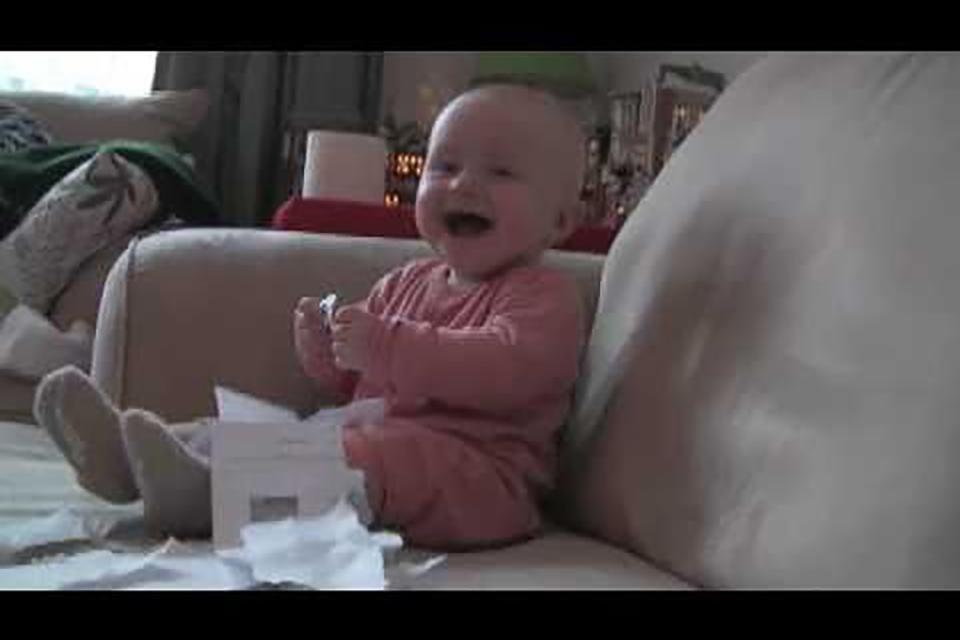 Baby vindt papier scheuren geweldig!