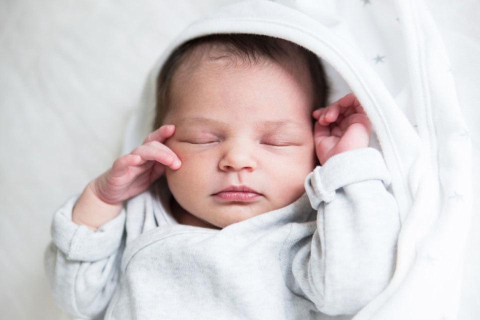 Baby veilig laten slapen waar let je op for Baby op zij slapen kussen