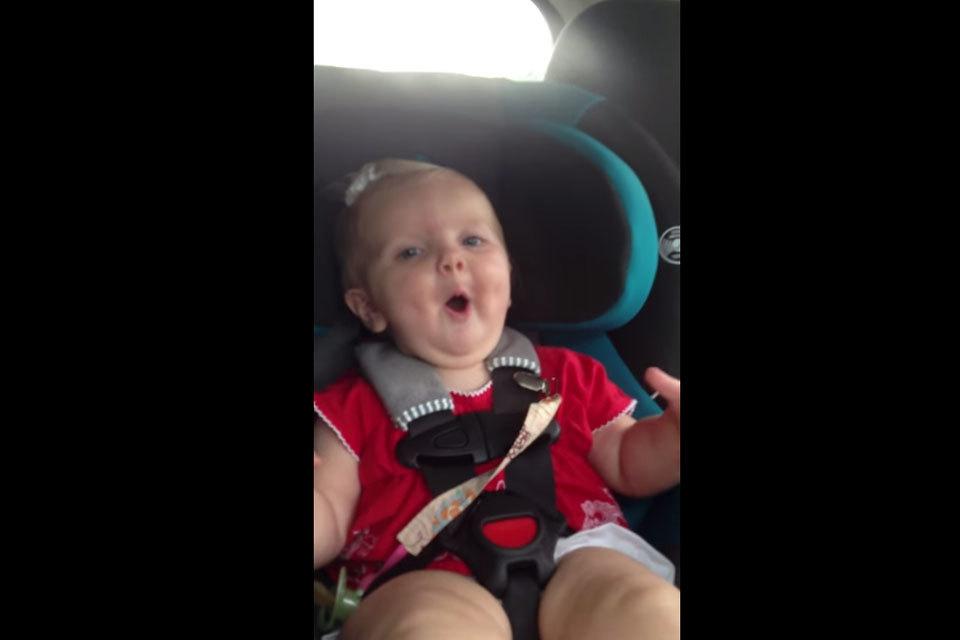 Baby huilt in de auto tot het liedje van Katy Perry!