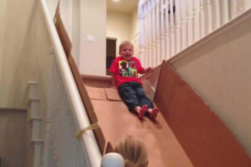 De trap als glijbaan deze kinderen hebben de grootste lol minime