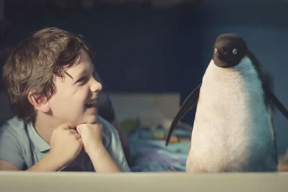 Kerstreclame lieve pinguïn