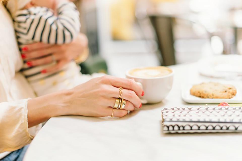 Kleine kinderen en hete thee: waarom je echt heel goed moet uitkijken