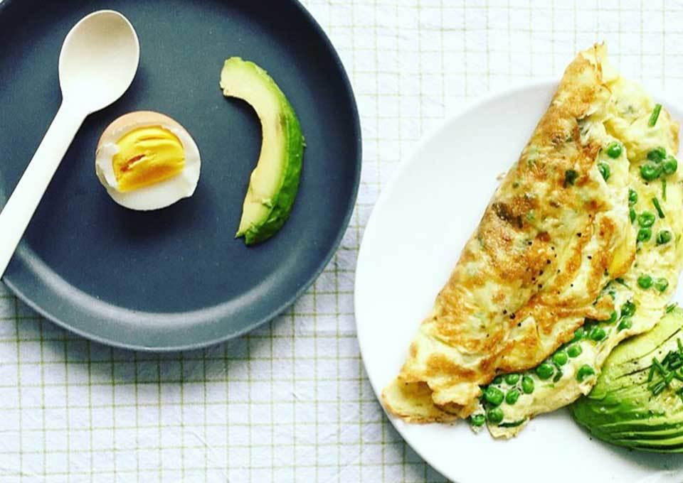 Omelet met erwtjes, kruiden en feta