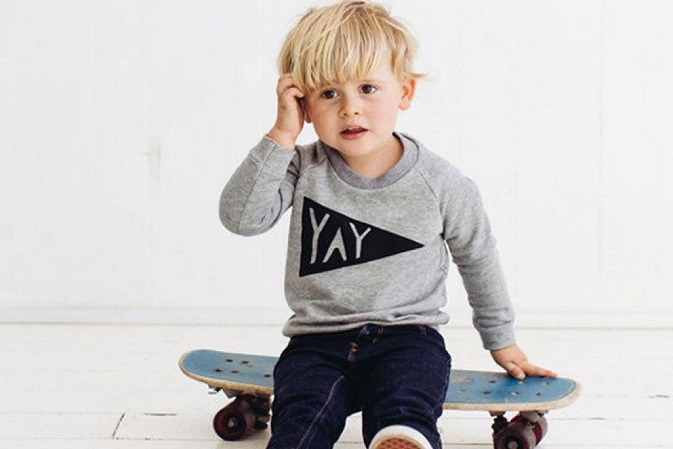 Tweejarige (in een luier) kan beter skateboarden dan jij!